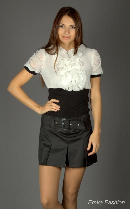 Девушка в школьных мини юбках